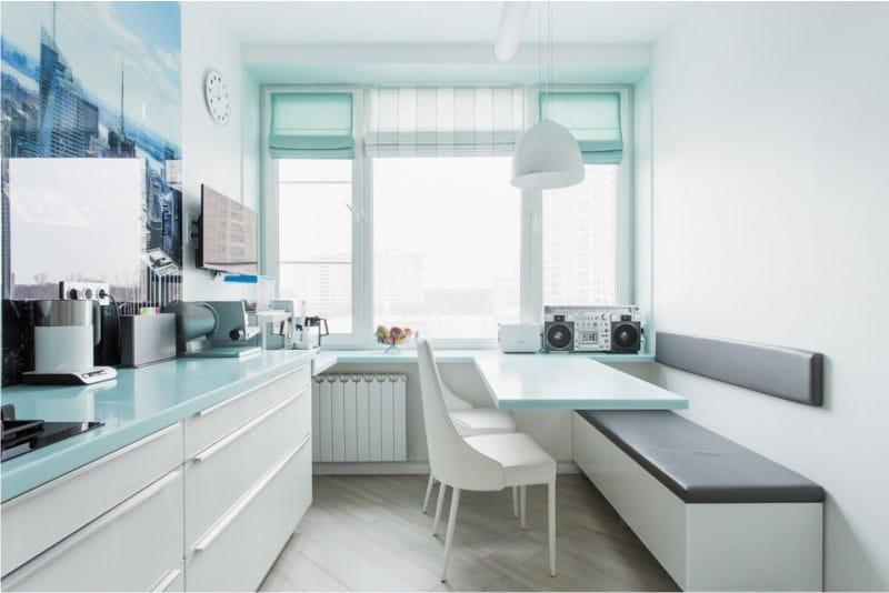 כחול רומית וילונות בפנים של המטבח