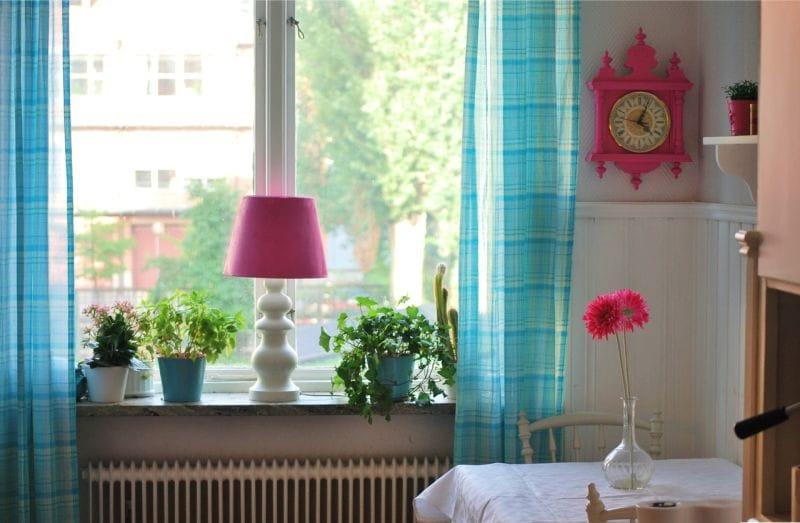 Kék függöny a konyha belsejében