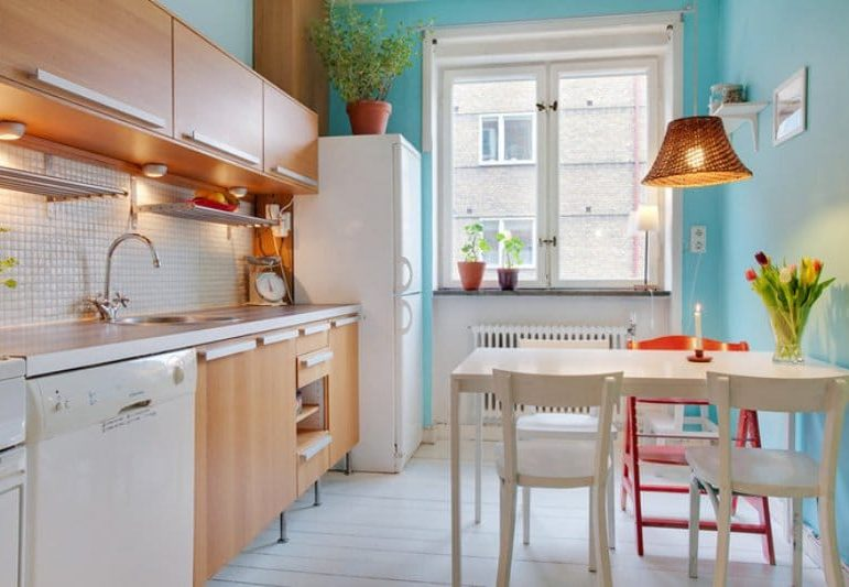 Kék falak a konyha belsejében