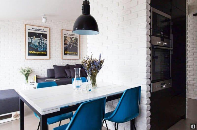 חיקוי הלבנים בפנים המטבח בסגנון של בית קפה
