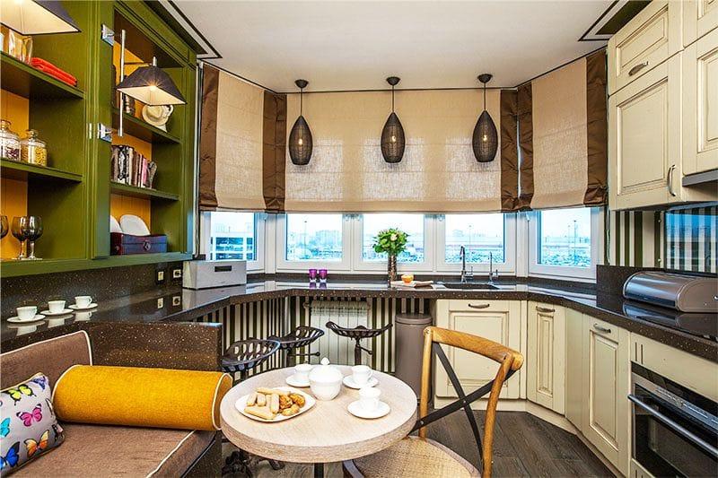 מטבח בסגנון פנים המטבח עם שני שולחנות אוכל