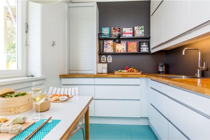 Barna és kék színű a konyha belsejében