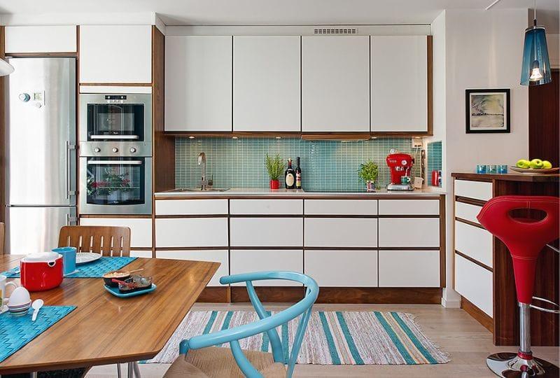 Piros és kék szín a konyha belsejében