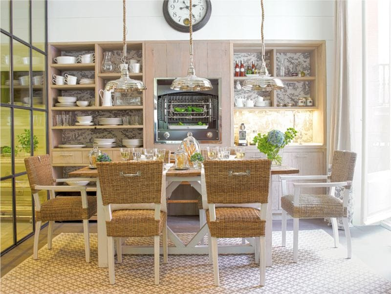 Mediterrán stílusú konyha fából készült és fonott bútorokkal