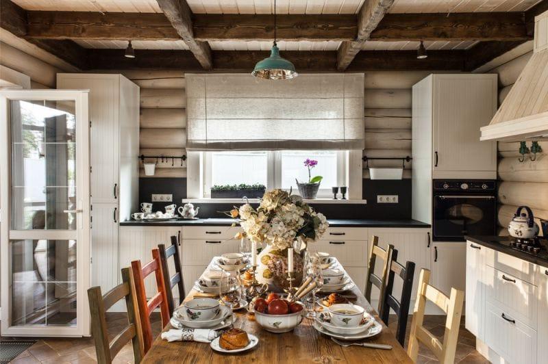 פשתן רומית וילונות בפנים המטבח במטבח כפרי