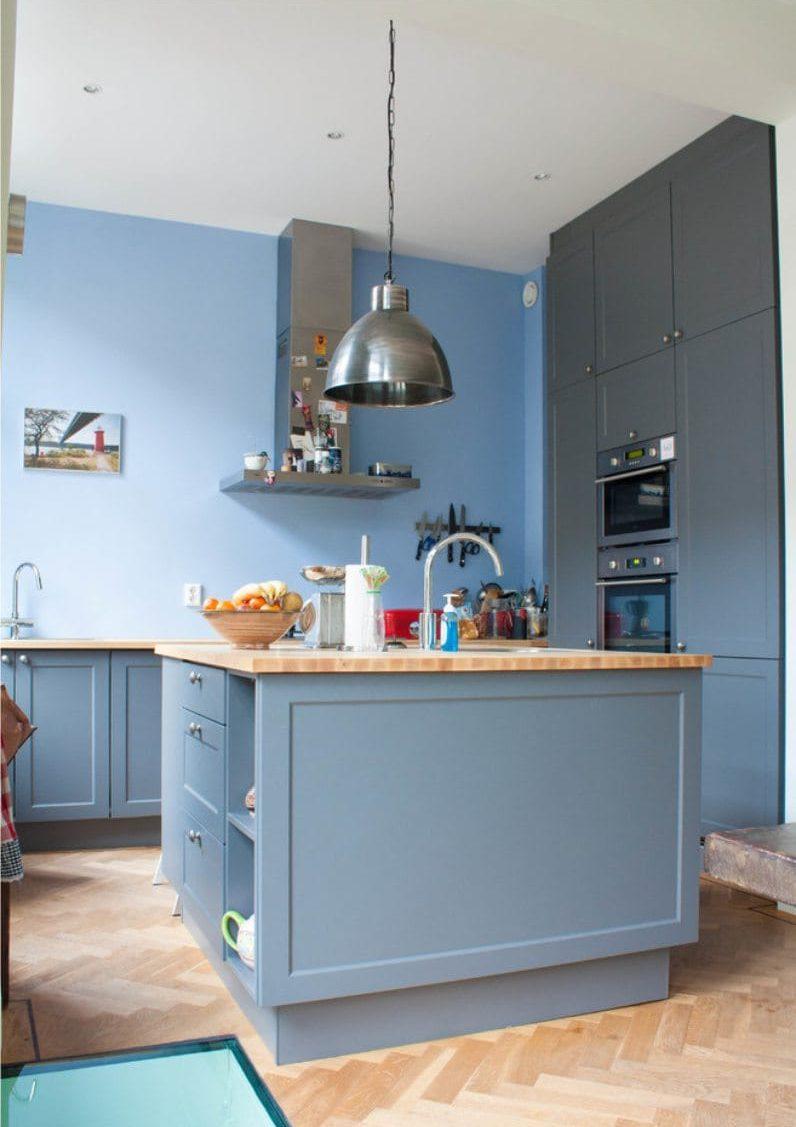 Fekete-fehér kék gamma a konyha belsejében
