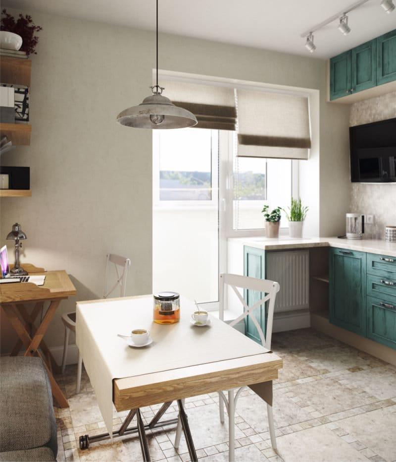 חלון המטבח עם דלת מרפסת, מעוטרת בווילונות רומיים