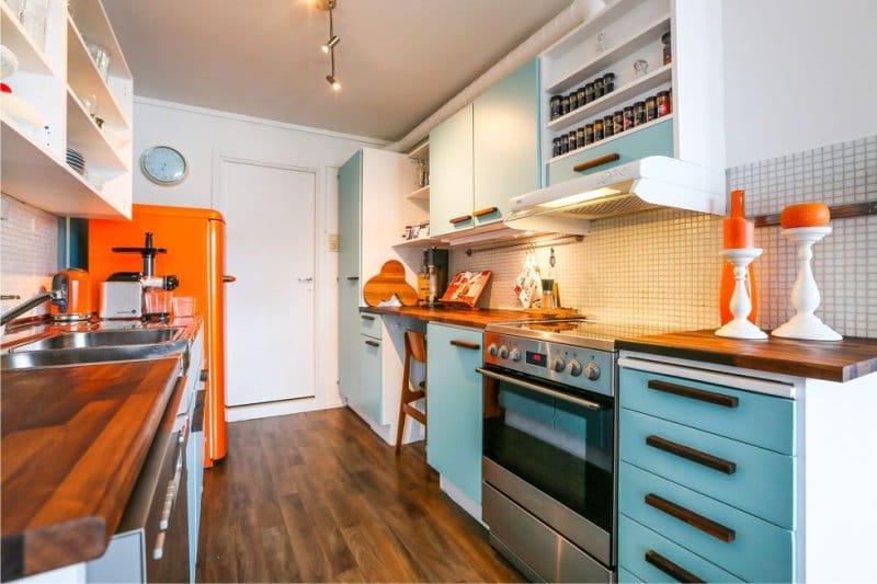 Narancs-kék színű a konyha belsejében