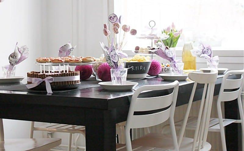 שולחן חגיגי עם פינוקי יום הולדת לילדים