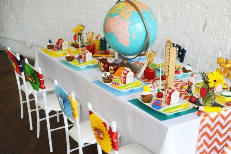 שולחן ילדים חגיגי בסגנון בית הספר