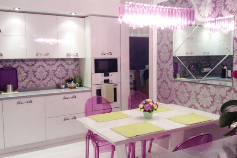 Rózsaszín díszítés a konyha belsejében