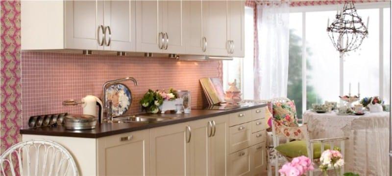 Rózsaszín kötény a konyha belsejében