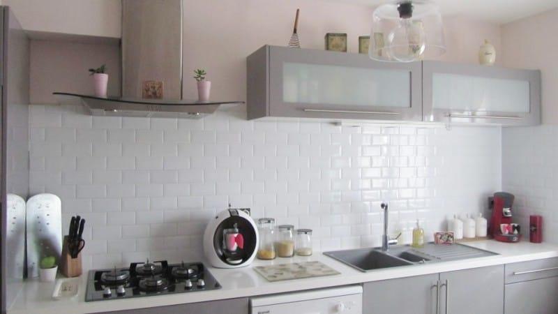 Szürke-rózsaszín konyha egy kávézó stílusában