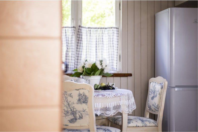 Függöny kávézó a vidéki konyha belsejében
