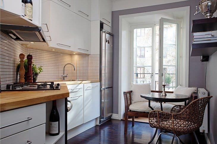ספסל בחלק הפנימי של המטבח בסגנון של בית קפה