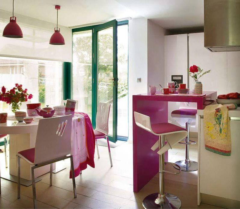 A fukszia és a fehér kombinációja a konyha belsejében