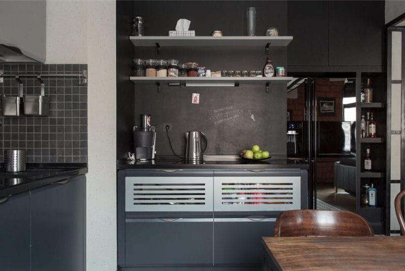 Murs peints avec de la peinture d'ardoise à l'intérieur d'une cuisine de style loft