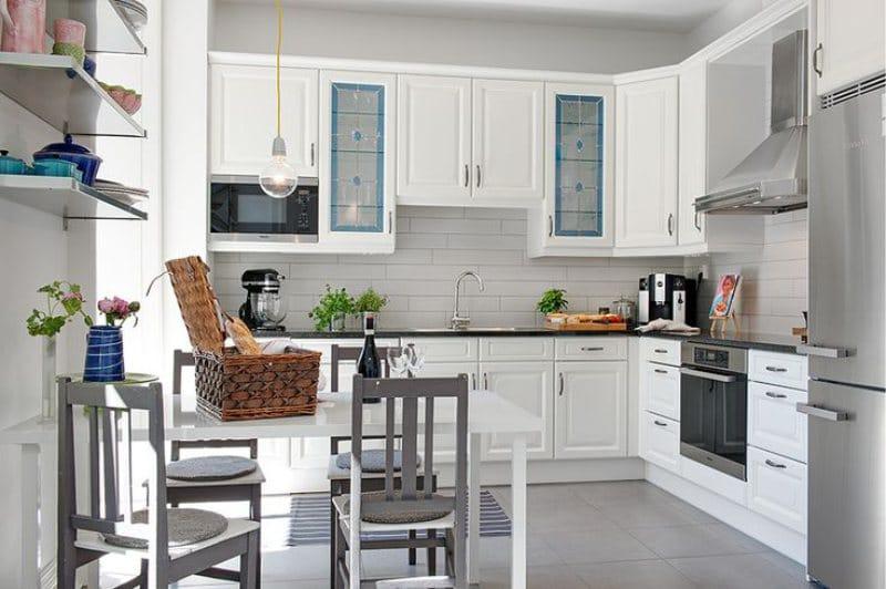 Lampes à l'intérieur de la cuisine dans le style grec