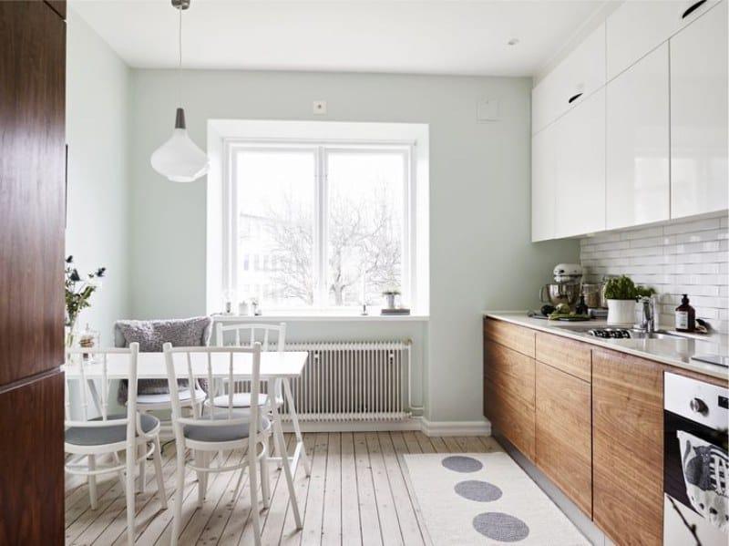 Világos kék falak a konyha belsejében