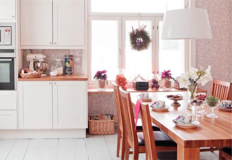 Világos rózsaszín háttérkép a konyha belsejében