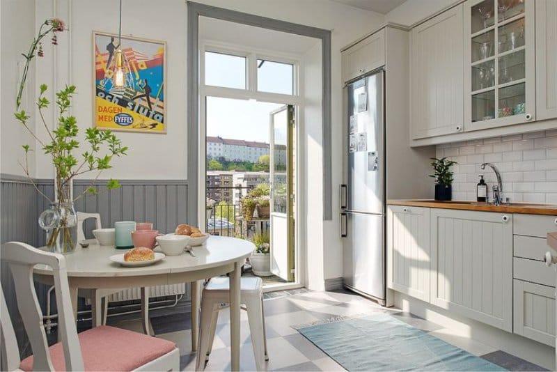 לוחות קיר בחלק הפנימי של המטבח בסגנון של בית קפה צרפתי