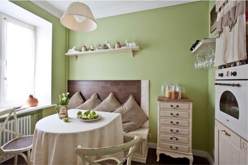 Murs verts à l'intérieur de la cuisine à l'anglaise
