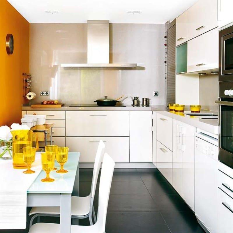 Dinding aksen warna oren di bahagian dalam dapur dengan siling rendah