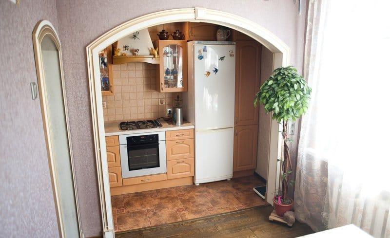 ซุ้มประตูภาษาอังกฤษในการตกแต่งภายในระหว่างห้องครัวและห้องนั่งเล่น