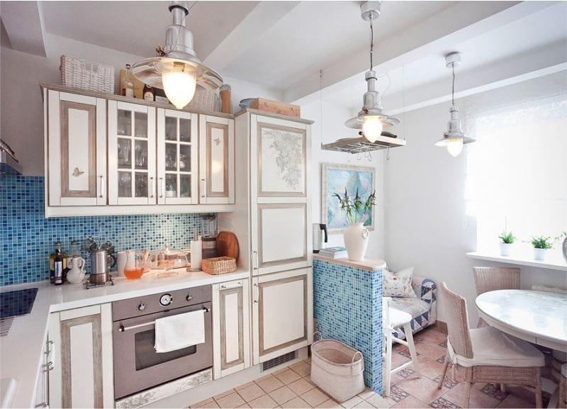 Poutres décoratives à l'intérieur de la cuisine dans le style marin
