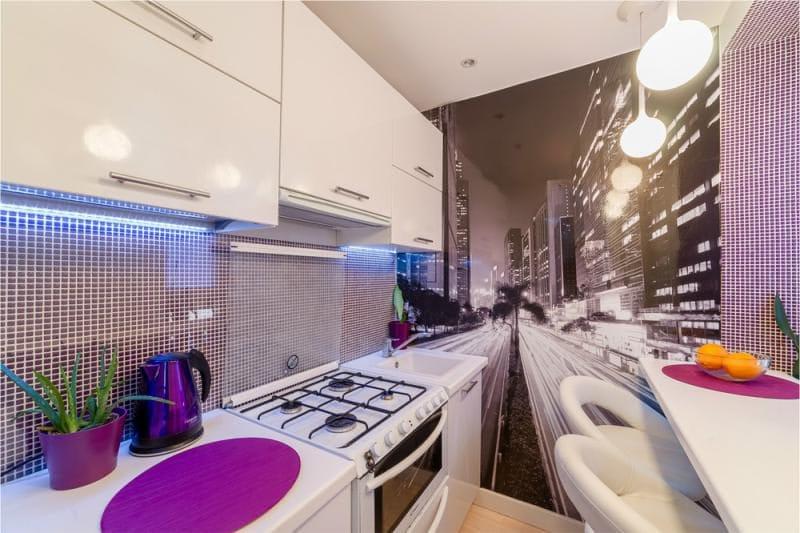 סינר ואביזרים בצבע סגול בפנים המטבח