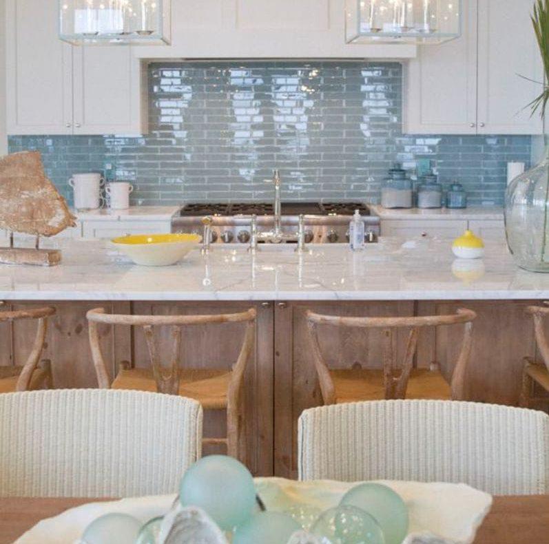 Tablier à l'intérieur de la cuisine dans le style marin
