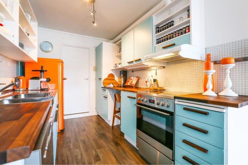 Warna biru dan oren di bahagian dalam dapur
