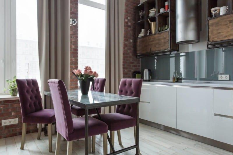 מטבח בסגנון לופט עם כיסאות מרופדים סגולים