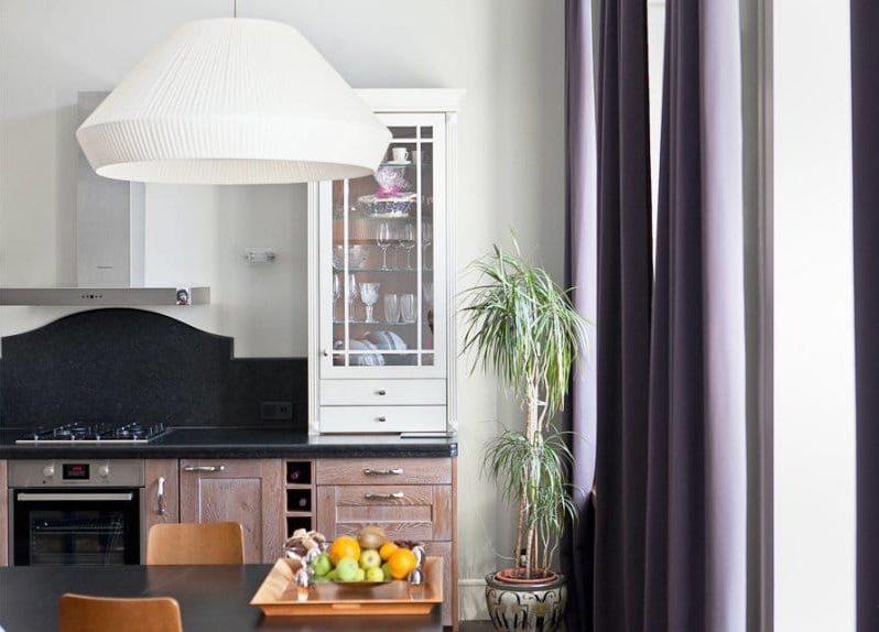 מטבח בסגנון ניאו קלאסי עם וילונות סגולים כהים