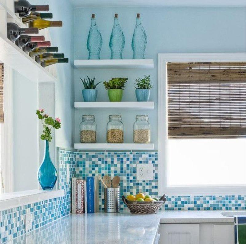 Tablier de mosaïque à l'intérieur de la cuisine dans le style marin