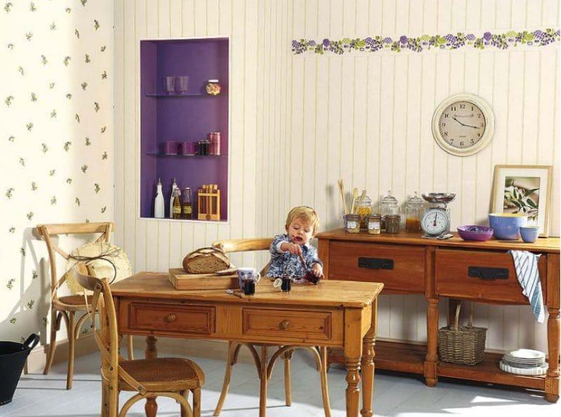 נישה בקיר ואביזרים של צבע סגול בפנים המטבח בסגנון כפרי