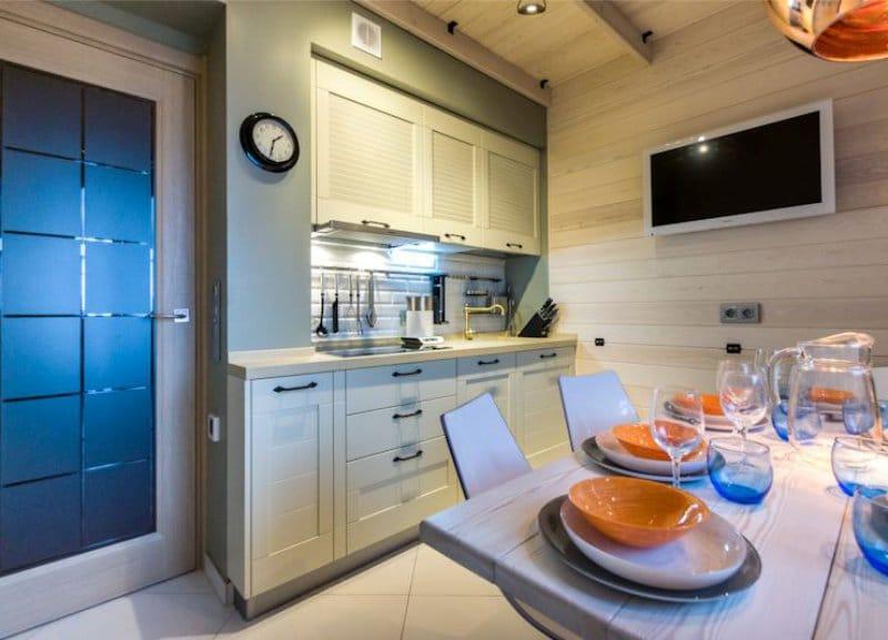 Décorer le plafond avec du bois à l'intérieur de la cuisine dans le style marin