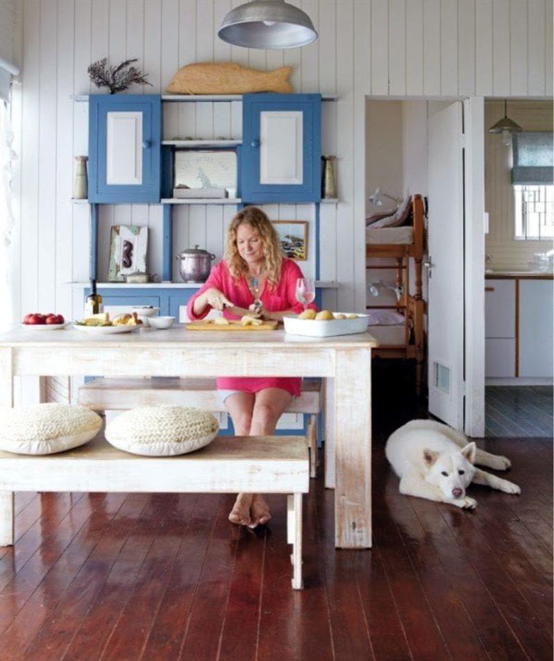 Le sol à l'intérieur de la cuisine dans le style marin