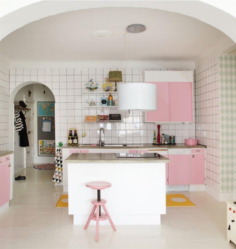 Romanttinen kaari keittiön sisustuksessa modernilla tyylillä.