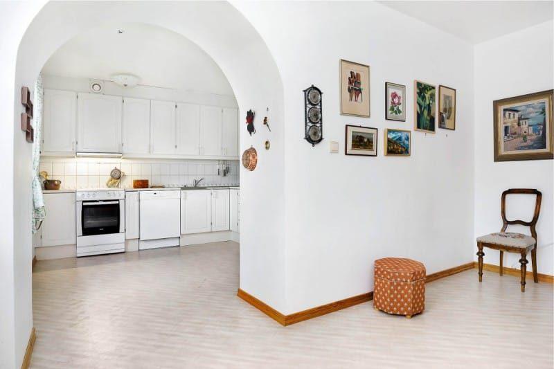 Laaja romantiokaari keittiön sisätiloissa
