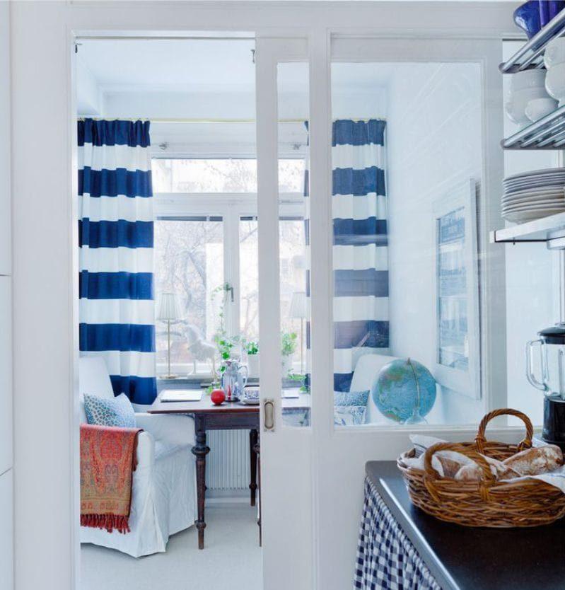 rideaux à l'intérieur de la cuisine dans le style marin