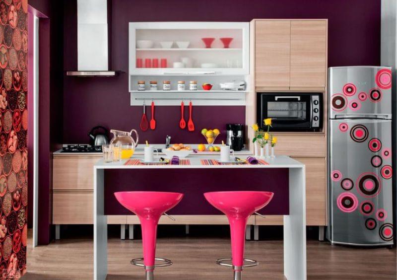השילוב של סגול ורוד בפנים המטבח