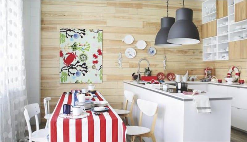 Les murs à l'intérieur de la cuisine dans le style marin