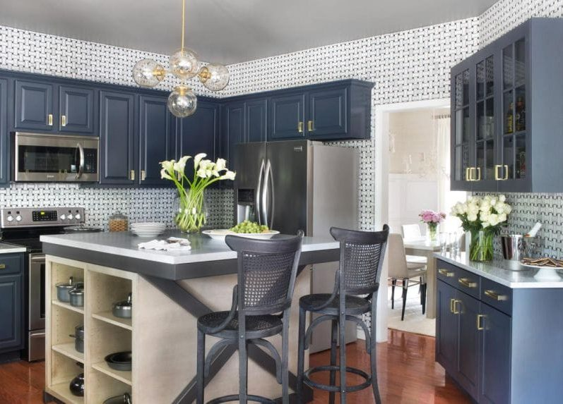 Fehér és kék gamma a konyha belsejében