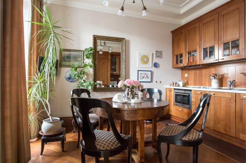 Bucătărie din lemn de o nuanță brună într-un interior
