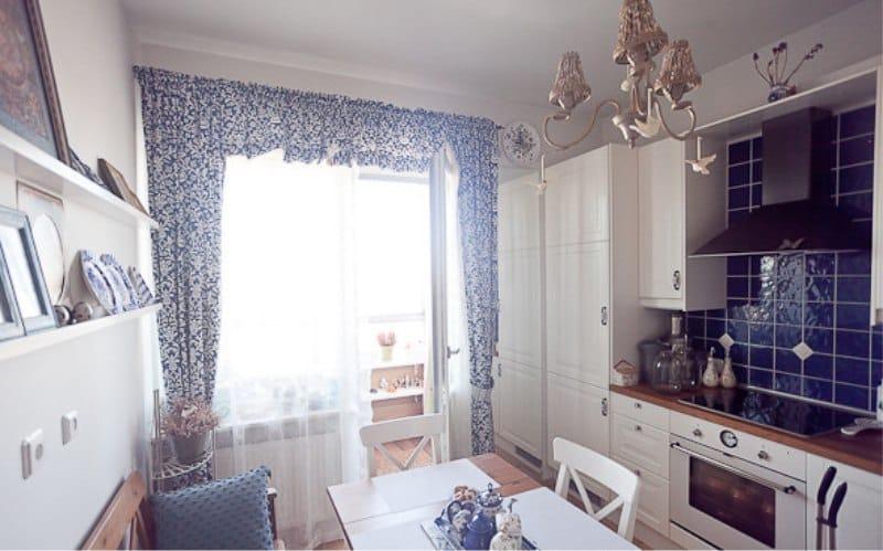 Belső fehér és kék konyha Gzhel festett ételek