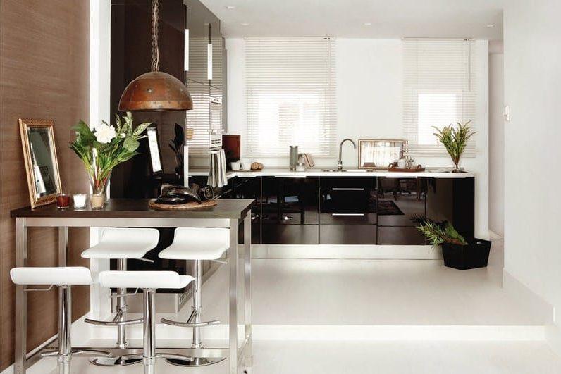 Perete accent maro în interiorul bucătăriei