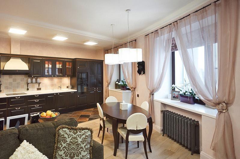 Perdele de culoare brună în interiorul bucătăriei