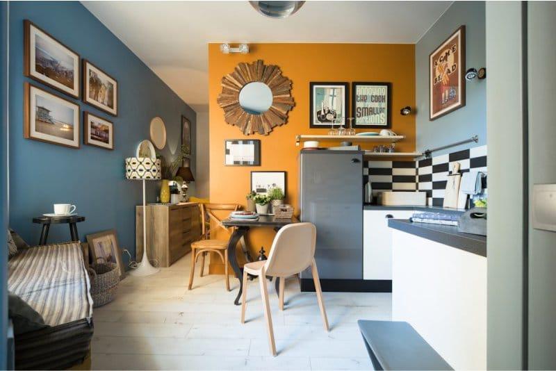 Narancs-kék falak a konyha belsejében