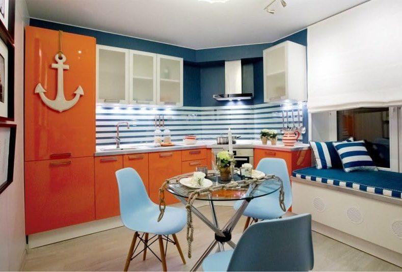Narancs-kék konyha tengeri stílusban